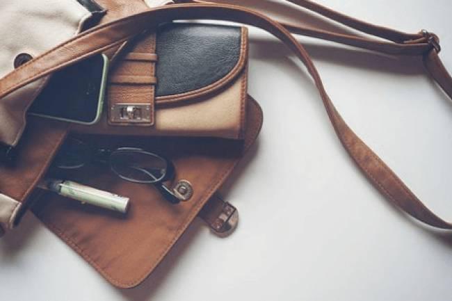 आपके पर्स में क्या है? सामान या कचरा